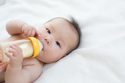 哺乳瓶と赤ちゃん